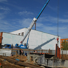 Ведутся работы по установке опалубки и заливке бетона. Автокран на шасси КАМАЗ 32 тонны сдается в аренду.