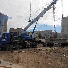 Автокран 32 тонны ведет укладку дорожной плиты. Арендован фирмой АО «Стройтрест-Чаз»