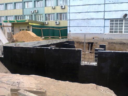 Реконструкция производственного цеха. Гидроизоляция нижней части стен здания.