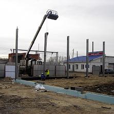 На строительстве станции технического обслуживания работает автовышка