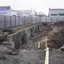 Строительство нижней части стены будущего здания СТО