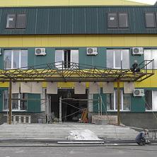 Устройство входа в административную часть здания. Козырек из сварных металлоконструкций
