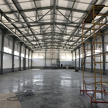 Производственный цех почти готов. Проводятся работы по монтажу инженерных сетей и освещения.