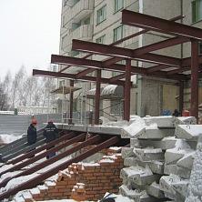 Монтаж основных металлоконструкций входной группы гостиницы