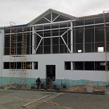 На строительстве магазина и кафе производится гидроизоляция и утепление нижней части стены и устройство кровли