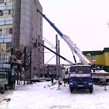 Строительство варочного цеха. 32-х тонный автокран ведет монтаж металлоконструкций