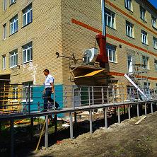 Идут работы по реконструкции внешней части здания.