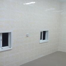 Стены лаборатории отделаны плиткой устройчивой к химическим возвействиям