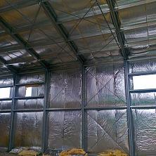 Ограждающие конструкции склада изнутри обшиты рулонным утеплителем с фольгированной поверхностью