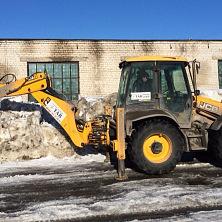 JCB 4CX используется фирмой арендовавшей экскаватор на уборке территории Чувашгосснаб в весенний период