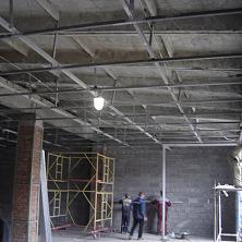 Проводятся подготовительные работы по отделке стен помещения производственного цеха