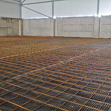 Армированная сетка уложена, все готово в заливке бетонного пола предусмотренного проектом