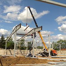 При монтаже металлоконструкций будущего овощехранилища работает спецтехника