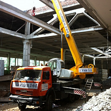Автокран 25 тонн компании СКТАВ на строительстве торгового центра