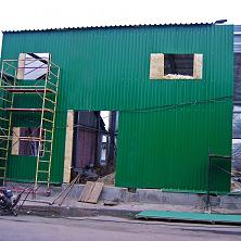 Стены склада из профилированного листа. Утеплитель рулонный с фольгированной поверхностью