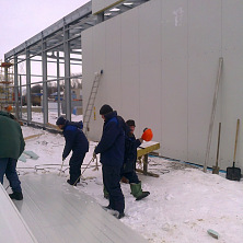 Рабочие подготавливают панели к монтажу