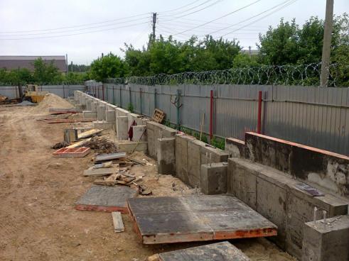 Нижняя часть железобетонной стены завершена