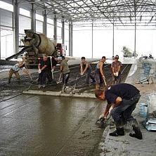 Идет заливка промышленного бетонного пола