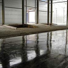 Устройство бетонного пола завершено в части помещения