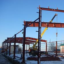 Каркас строящегося склада изготавливается из сварных двутавров переменного по длинне сечения