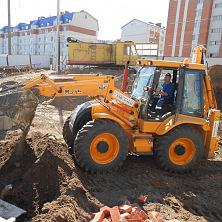 На строительстве многоэтажного дома работает погрузчик MST M544. Взят в аренду компанией ООО