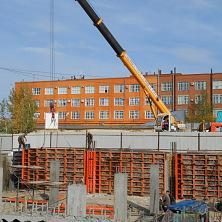 С помощью автокрана 25 тонн ведутся работы по армированию стен