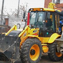 Экскаватор-погрузчик с гидромолотом арендован на строительстве Межрегионального центра торговли и готовится к выезду на место работы