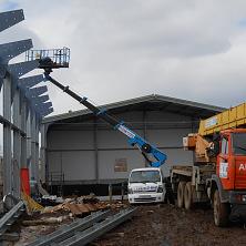 Наша автовышка помогает вести строительство склада из металлоконструкций
