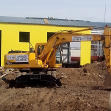 На строительстве быстровозводимого склада работает колесный экскаватор Hyundai R170W-7