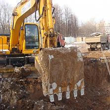Hyundai R170W-7 проводит земляные работы на строительстве торгового центра. Аренда экскаватора