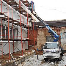 С помощью автовышки на базе Kia Bongo 3 ведется обшивка фасада здания металлосайдингом. Автоывшка арендована компанией ООО «Элинокс»