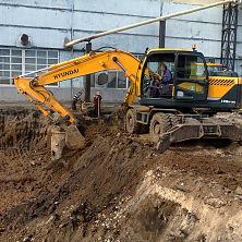 Экскаватор R-170W проводит земляные работы по устройству котлована на реконструкции варочного цеха