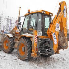 Продолжает работу арендованный экскаватор погрузчик MST M544 в зимний период на объекте строительства в