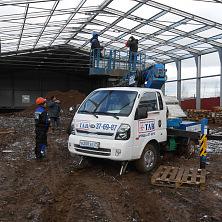 Строители готовятся к монтажу металлоконструкций с помощью автоподъемника Dasan на Kia Bongo III (промышленный район в г. Чебоксары)