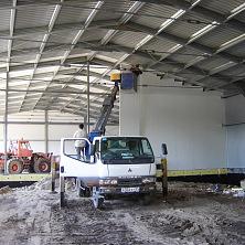 Строительство склада. Работает автовышка