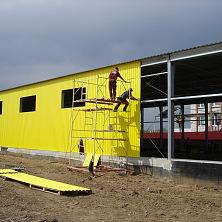 Монтаж профнастила желтого цвета согласно проекту