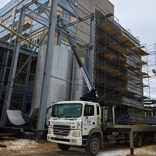 Манипулятор Hyundai грузоподъемностью 7 тонн задействован на реконструкции варочного цеха. Идет монтаж металлоконструкций
