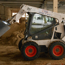Минипогрузчик Bobcat S 530 используется для устройства грунта в помещениях ООО «Межрегиональный центр оптово-розничной торговли»