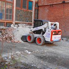 Мини погрузчик арендован компанией ООО «Океан». Бобкат S 530 используется для вывоза строительного мусора