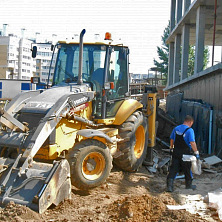 Экскаватор-погрузчик Volvo BL61B арендован компанией ОАО «Стройтрест ЧАЗ». Применяется при строительстве жилого дома.