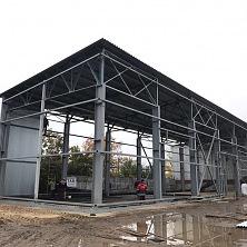 Полностью установлен металлический каркас здания. Ведется обшивка стен склада профлистом