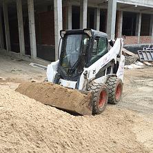 Минипогрузчик арендован компанией СК «Горизонт» и выполняет работы по подготовке грунта под укладку бетона в фундамент