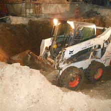 """На объекте строительства кафе """"Лира"""" минипогрузчик Bobcat 530 осуществляет вывоз грунта из подвального помещения. Арендован фирмой ООО «Эверест-питание»"""