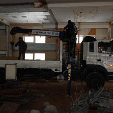 Манипулятор арендован фирмой ООО «Автотрейд». Ведет работы внутри помещения здания, расположенного на территории газокомпрессорной станции