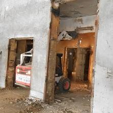 """С помощью минипогрузчика Bobcat S 530 производится демонтаж стен на реконструкции здания Чебоксарского мясокомбината. Погрузчик арендован компанией """"Океан"""""""