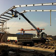 Кран-манипулятор Hyundai с люлькой используется при монтаже металлоконструкций RUUKKI на строительстве склада в Чебоксарском районе