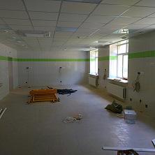 В помещении завершены отделочные работы и ведется устройство розеток
