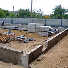 Устройство нижней части бетонных стен завершено
