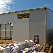Настроительстве цеха по ремонту запчастей завершен монтаж сэндвич-панелей