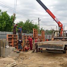 На строительстве производственного цеха работает автокран-манипулятор